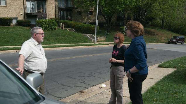 gemma abby e gerry koob analisam a posição em que o carro da freira foi encontrado
