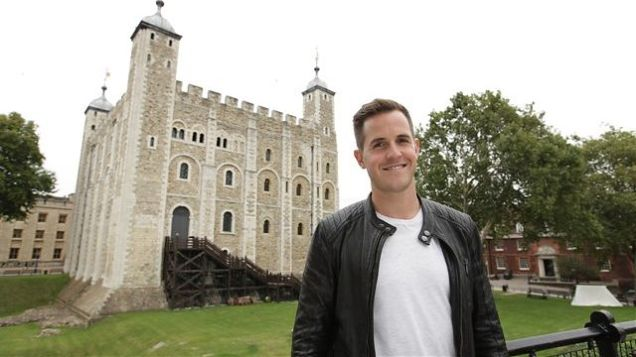 o apresentador de Secrets of Great British Castles na Torre de Londres
