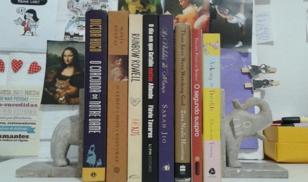 pilha de livros fofa